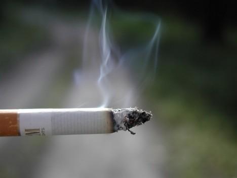 azt kéri, hogy hagyjon fel a dohányzással