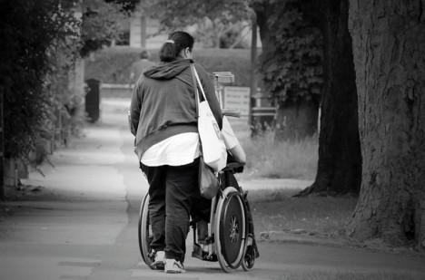 fogyatékkal élő ember igyekszik)